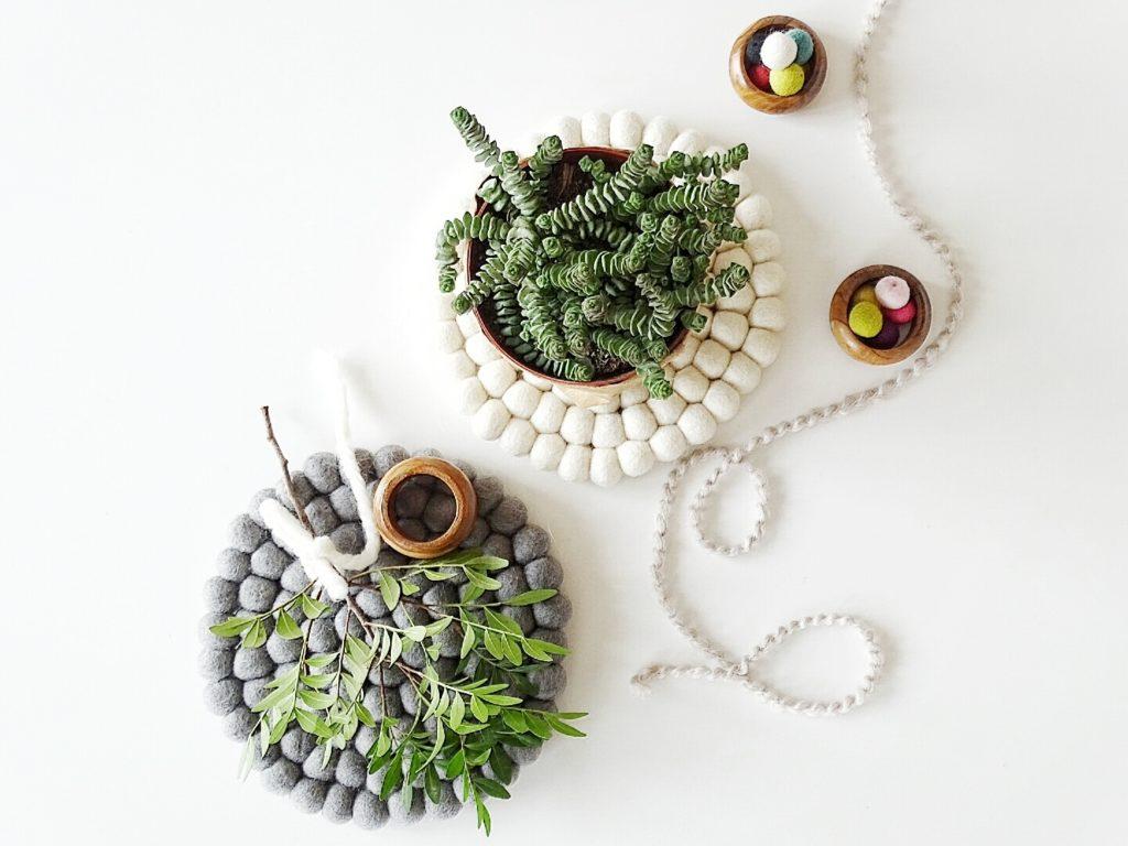 Gedeckter Mai Tisch Mit Pflanzen Schleierkraut Filzkugeln Und