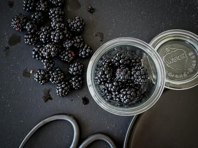 Auf der Mammilade|n-Seite des Lebens | Lifestyle Blog | Herbstblumenstrauß mit Nelken | Rezept | Rührkuchen mit Brombeeren | frische Brombeeren | Weckglas
