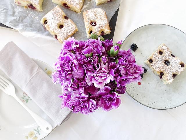 Auf der Mammilade|n-Seite des Lebens | Lifestyle Blog | Blumenstrauß | Nelken | puristisch schön | Rezept | Rührkuchen mit Brombeeren