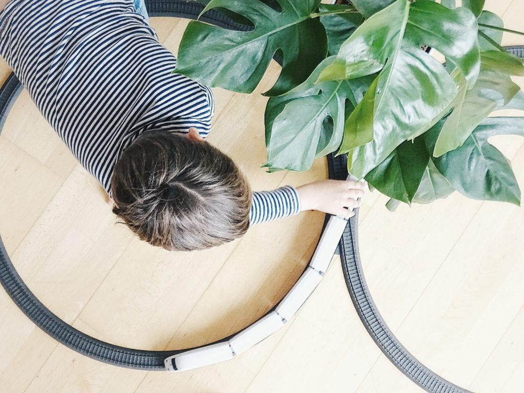 Auf der Mammilade|n-Seite des Lebens | Personal Lifestyle Blog | Wohnen mit Pflanzengrün, Holzakzenten und viel Weiß | Pflanzen | Wohnzimmer | Familienleben | Monstera | Märklin Starter Set