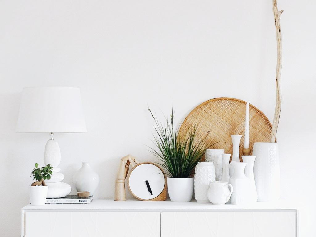 Auf der Mammilade|n-Seite des Lebens | Personal Lifestyle Blog | Wohnen mit Pflanzengrün, Holzakzenten und viel Weiß | Wohnzimmer | Vintage Vasen | Pflanzen | Kork Uhr
