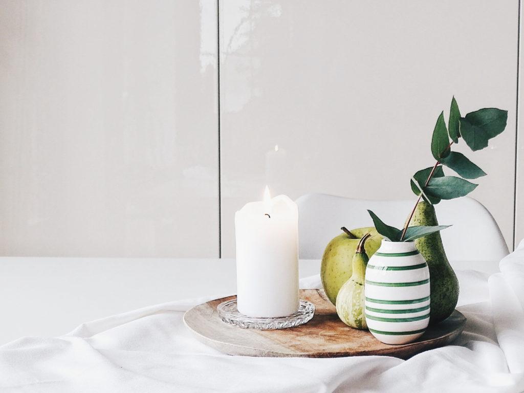 Auf der Mammilade|n-Seite des Lebens | Personal Lifestyle Blog | Wohnen mit Pflanzengrün, Holzakzenten und viel Weiß | Wohnzimmer | Pflanzen | Eukalyptus | Herbst Dekoration | Herbstfrüchte | Kerzen | Holzteller