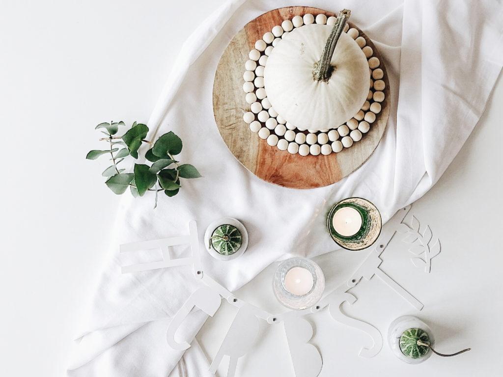 Auf der Mammilade|n-Seite des Lebens | Personal Lifestyle Blog | Wohnen mit Pflanzengrün, Holzakzenten und viel Weiß | Wohnzimmer | Herbst Dekoration | Herbstfrüchte | Zierkürbisse | Minikürbis