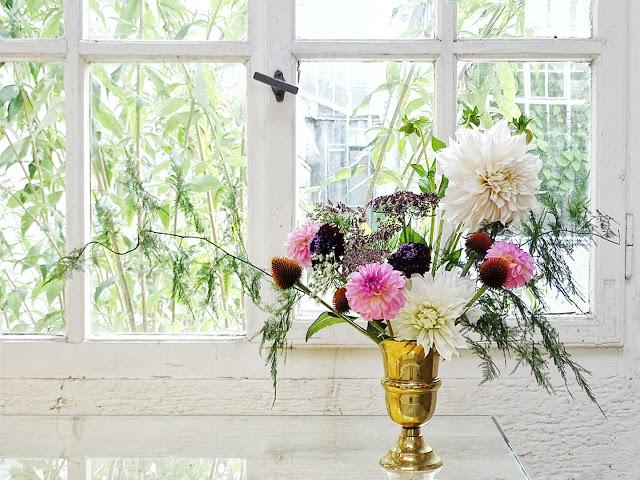Auf der Mammilade n-Seite des Lebens   Personal Lifestyle Blog   Dahlien   Blumen Workshop München   Anastasia Benko   Alte Holz-Sprossenfenster   Botanischer Garten   Herbstblumen   Blumenstrauß Herbst