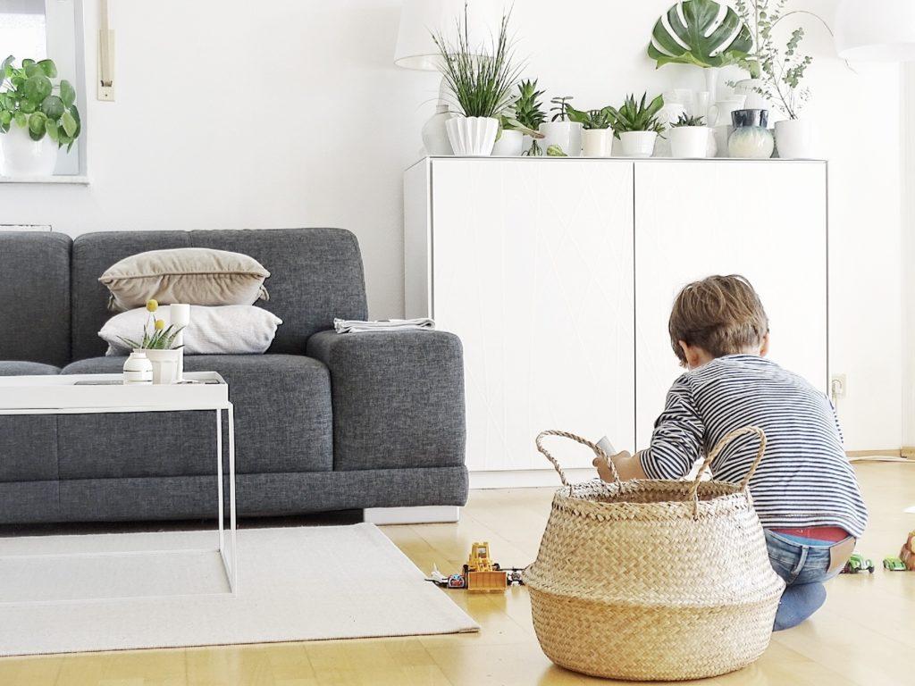 Auf der Mammilade|n-Seite des Lebens | Personal Lifestyle Blog | Wohnen mit Pflanzengrün, Holzakzenten und viel Weiß | Pflanzen | Wohnzimmer | Bastkorb | Hay Tray Table | Sofa anthrazit | Familienleben