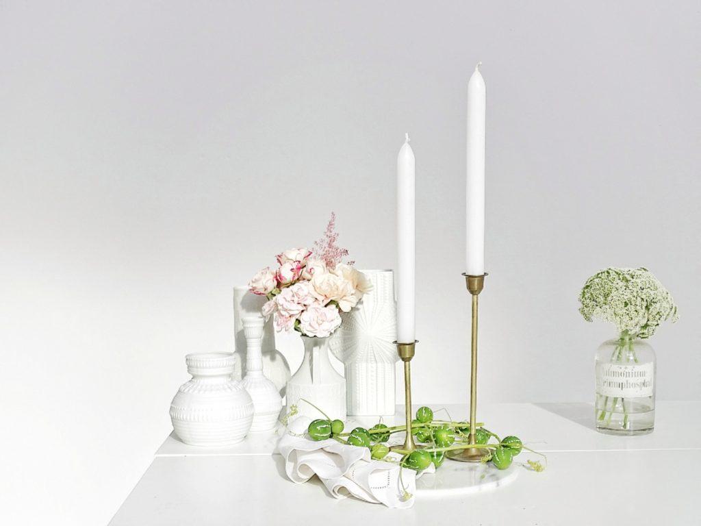 Auf der Mammilade|n-Seite des Lebens | Personal Lifestyle Blog | Kreativ mit Blumen und Pflanzen | Tipps für das Gestalten und Fotografieren von Stillleben | Blumen | Rosen | Nelken | Kerzenständer | Apothekerglas als Vase