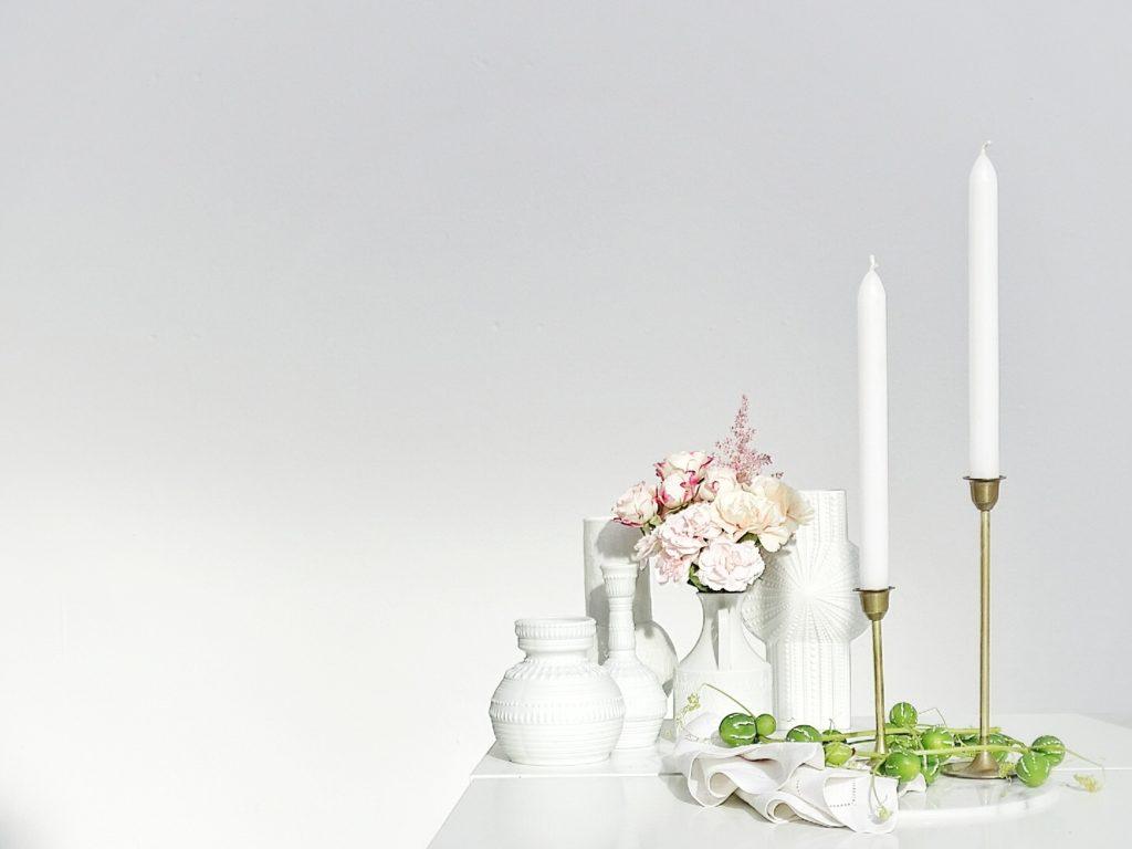 Auf der Mammilade|n-Seite des Lebens | Personal Lifestyle Blog | Kreativ mit Blumen und Pflanzen | Tipps für das Gestalten und Fotografieren von Stillleben | Fotostudio | Blumen | Rosen | Nelken | Kerzenständer Messing | weiße Vasen