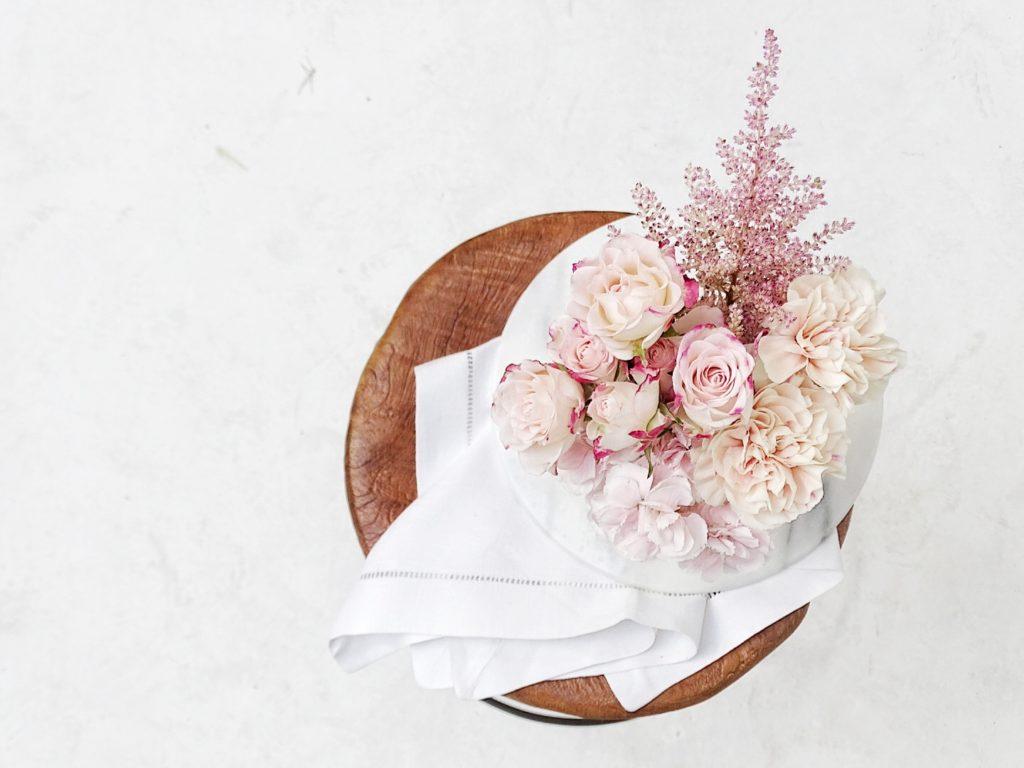 Auf der Mammilade|n-Seite des Lebens | Personal Lifestyle Blog | Kreativ mit Blumen und Pflanzen | Tipps für das Gestalten und Fotografieren von Stillleben | Fotostudio | Blumen | Rosen | Nelken | Klavierhocker Holz