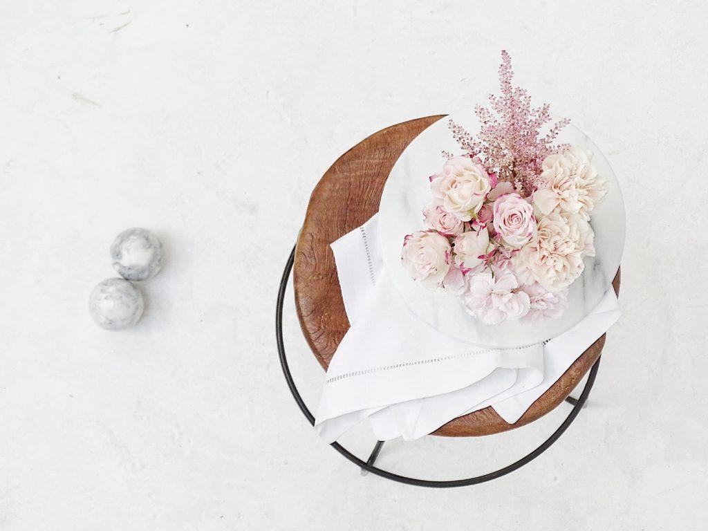 Auf der Mammilade|n-Seite des Lebens | Personal Lifestyle Blog | Kreativ mit Blumen und Pflanzen | Tipps für das Gestalten und Fotografieren von Stillleben | Fotostudio | Photo Props | Klavierhocker Holz | Rosen | Nelken | Marmor Kugeln