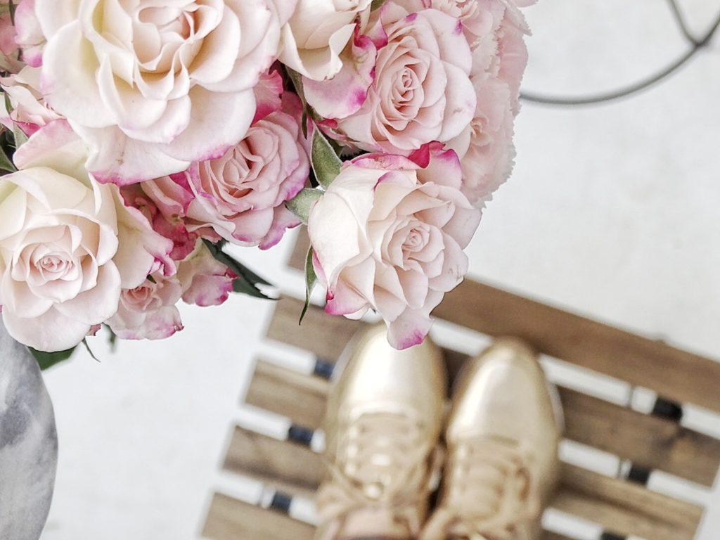 Auf der Mammilade|n-Seite des Lebens | Personal Lifestyle Blog | Kreativ mit Blumen und Pflanzen | Tipps für das Gestalten und Fotografieren von Stillleben | Fotostudio | goldene Schuhe | Rosen | Nelken