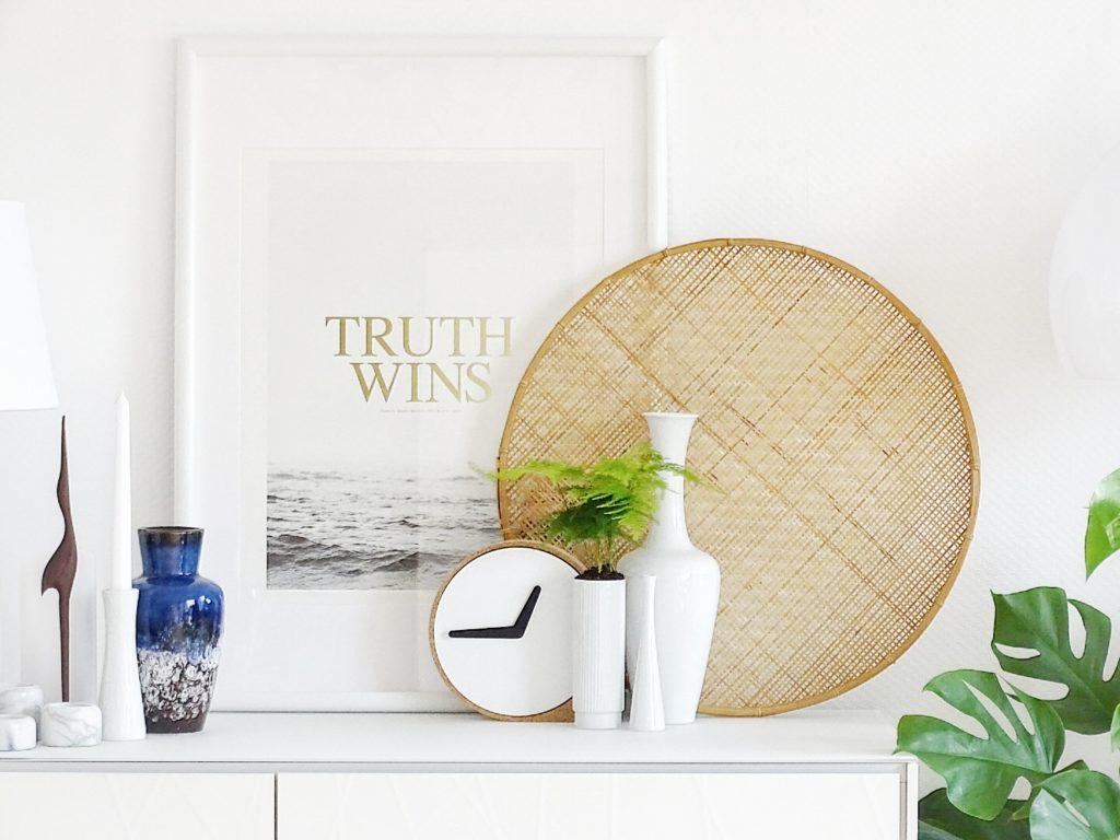 Auf der Mammilade|n-Seite des Lebens | Personal Lifestyle Blog | Wohnen mit Pflanzengrün, Holzakzenten und viel Weiß | Wohnzimmer | Pflanzen | Vintage Vasen | Kranich | Sideboard | Truth Wins |