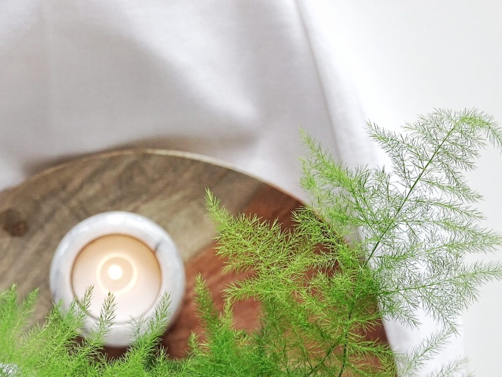 Auf der Mammilade|n-Seite des Lebens | Personal Lifestyle Blog | Wohnen mit Pflanzengrün, Holzakzenten und viel Weiß | Wohnzimmer | Herbst Dekoration | Holzteller | Kerzen | Asparagus