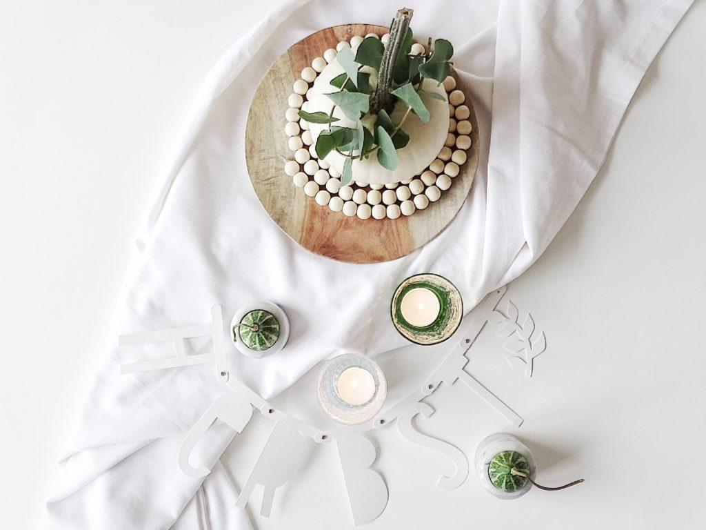 Auf der Mammilade|n-Seite des Lebens | Personal Lifestyle Blog | Wohnen mit Pflanzengrün, Holzakzenten und viel Weiß | Wohnzimmer | Herbst Dekoration | Herbstfrüchte | Zierkürbisse | Minikürbis | Filzkugeluntersetzer | Holzteller