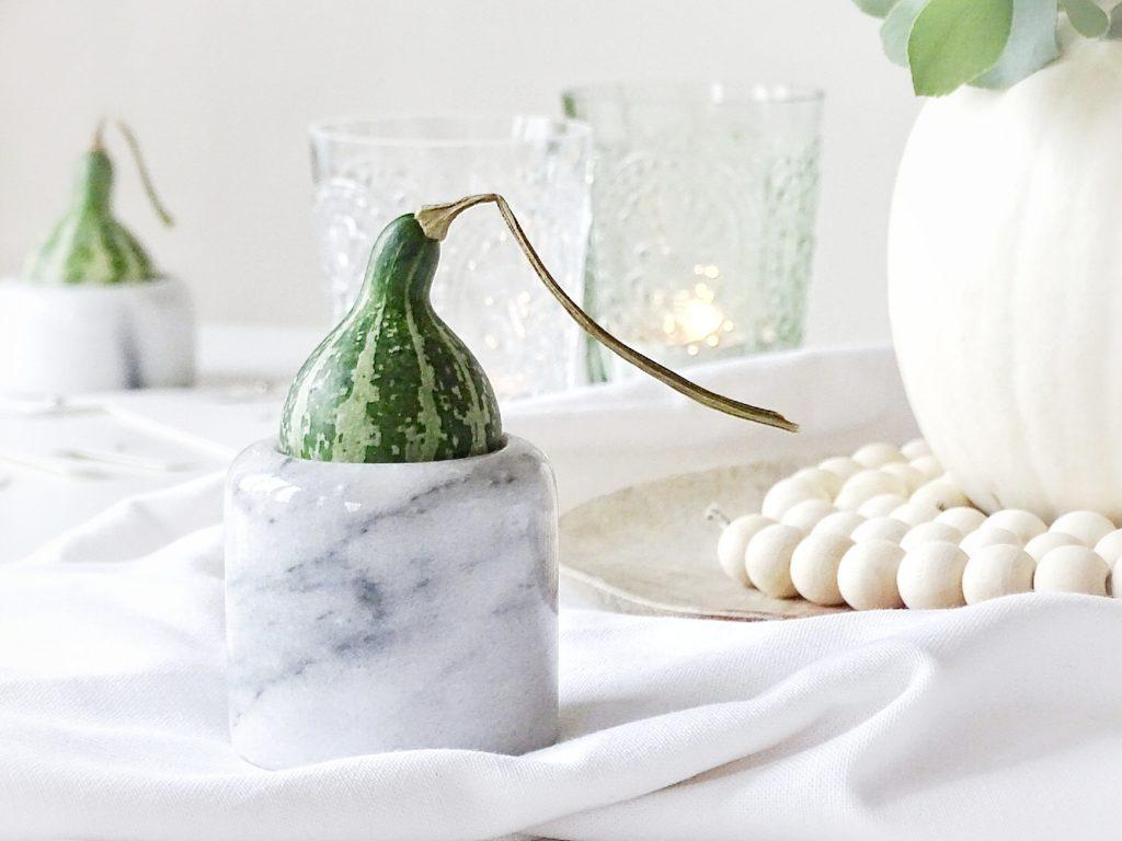 Auf der Mammilade|n-Seite des Lebens | Personal Lifestyle Blog | Wohnen mit Pflanzengrün, Holzakzenten und viel Weiß | Wohnzimmer | Herbst Dekoration | Herbstfrüchte | Zierkürbisse | Minikürbis | Filzkugeluntersetzer