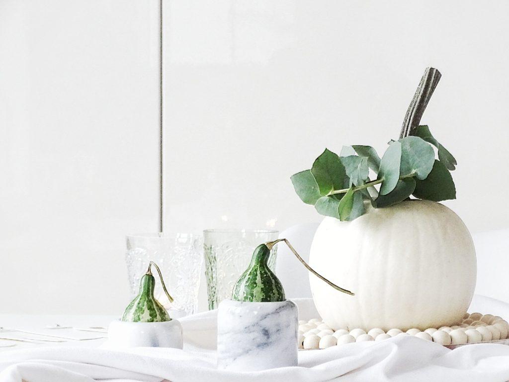Auf der Mammilade|n-Seite des Lebens | Personal Lifestyle Blog | Wohnen mit Pflanzengrün, Holzakzenten und viel Weiß | Wohnzimmer | Herbst Dekoration | Herbstfrüchte | Zierkürbisse | Minikürbis | Filzkugeluntersetzer | Eukalyptus