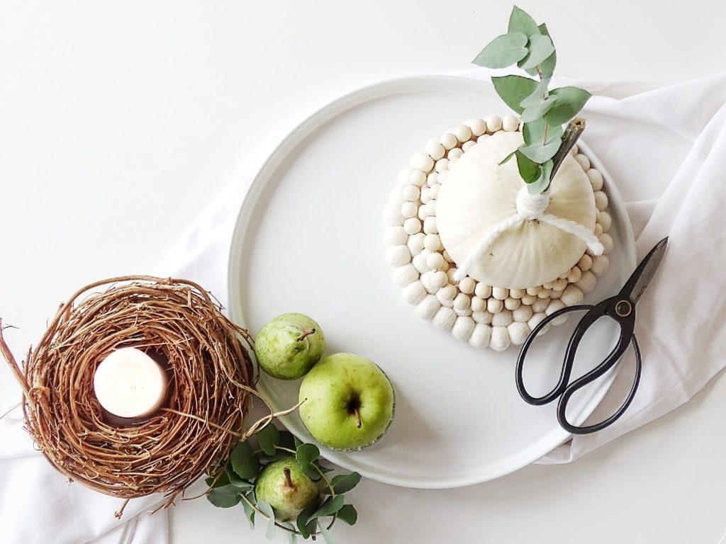Auf der Mammilade|n-Seite des Lebens | Personal Lifestyle Blog | Wohnen mit Pflanzengrün, Holzakzenten und viel Weiß | Wohnzimmer | Herbst Dekoration | Herbstfrüchte | Zierkürbisse | Minikürbis | Filzkugeluntersetzer | Obst