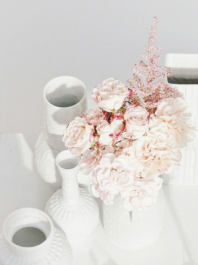 Auf der Mammilade|n-Seite des Lebens | Personal Lifestyle Blog | Kreativ mit Blumen und Pflanzen | Tipps für das Gestalten und Fotografieren von Stillleben | Blumen | Rosen | Nelken | weiße Vasen