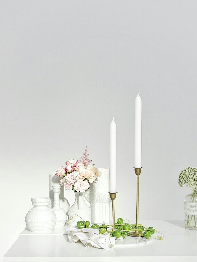 Auf der Mammilade|n-Seite des Lebens | Personal Lifestyle Blog | Kreativ mit Blumen und Pflanzen | Tipps für das Gestalten und Fotografieren von Stillleben | Blumen | Rosen | Nelken | Fotostudio | weiße Vasen | Kerzenständer