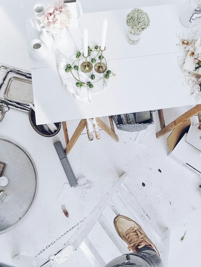 Auf der Mammilade|n-Seite des Lebens | Personal Lifestyle Blog | Kreativ mit Blumen und Pflanzen | Tipps für das Gestalten und Fotografieren von Stillleben | Blumen | Rosen | Nelken | weiße Vasen | Fotostudio | behind the scenes | goldene Schuhe