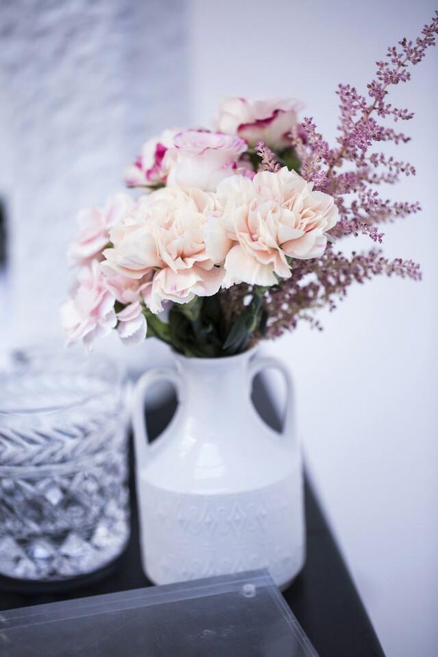 Auf der Mammilade|n-Seite des Lebens | Personal Lifestyle Blog | Kreativ mit Blumen und Pflanzen | Tipps für das Gestalten und Fotografieren von Stillleben | Blumen | Rosen | Nelken | Photo Credit AnnyCK für sisterMAG