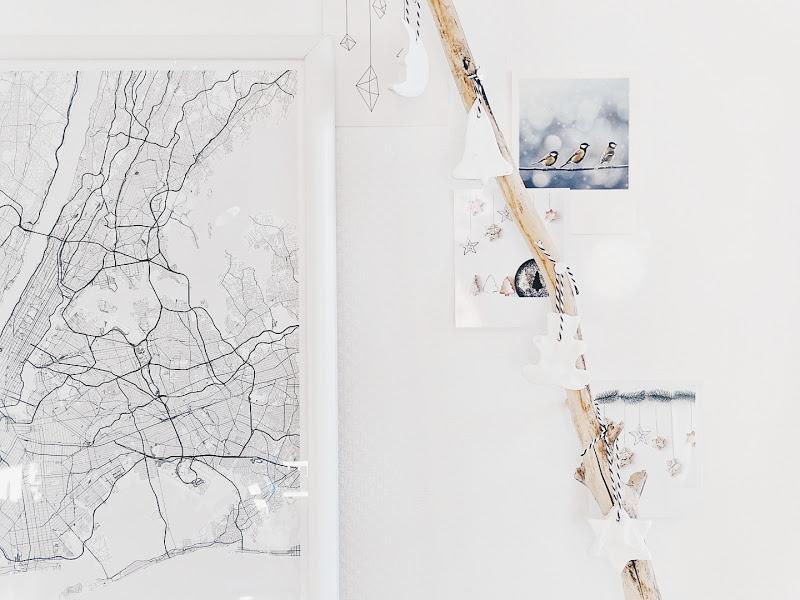 Auf der Mammilade|n-Seite des Lebens | Personal Lifestyle Blog | Lieblinge und Inspirationen der Woche | DIY Wanddeko für Weihnachten mit Fotos im Retro-Polaroid-Stil, einem Ast und Anhängern aus Modeliermasse | Wandkarte New York Mujumaps
