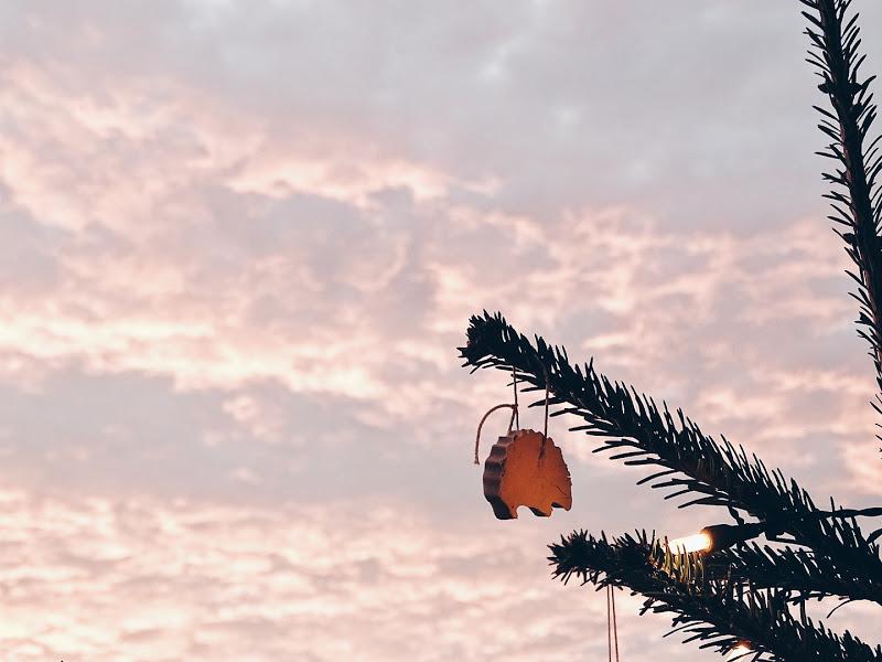 Auf der Mammilade|n-Seite des Lebens | Personal Lifestyle Blog | Lieblinge und Inspirationen der Woche | Winterimpressionen | Winterhimmel | Abendrot | Sonnenuntergang | Weihnachtsbaum Balkon