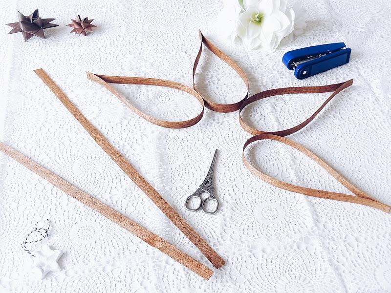 Auf der Mammilade|n-Seite des Lebens | Personal Lifestyle Blog | 12 Wohn-, Lebens- und Familieneinblicke im Dezember | 12von12 | DIY Ornamente zum Aufhängen aus Furnierholz-Streifen