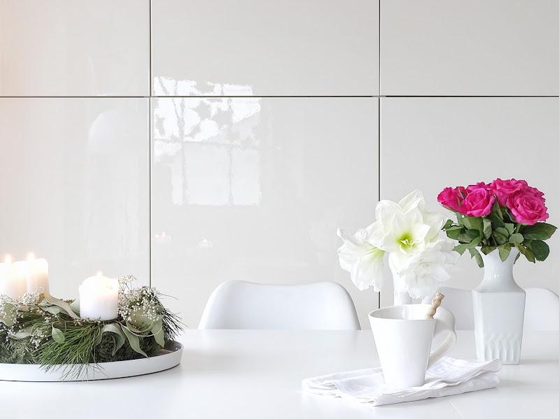 Auf der Mammilade|n-Seite des Lebens | Personal Lifestyle Blog | 12 Wohn-, Lebens- und Familieneinblicke im Dezember | 12von12 | weiße Amaryllis und rote Rosen auf dem Esstisch