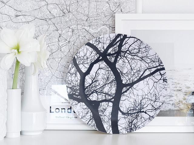 Auf der Mammiladen-Seite des Lebens | Personal Lifestyle Blog | Lieblinge und Inspirationen der Woche | weiße Amaryllis-Blüte in weißer Vase | Poster Stadtkarte London | Dekoteller mit Winterbäumen Remember