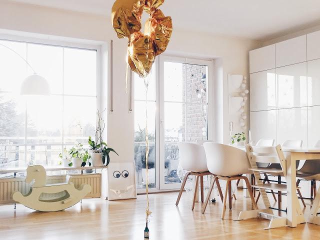 Auf der Mammiladen-Seite des Lebens | Personal Lifestyle Blog | Lieblinge und Inspirationen der Woche | Wohnzimmer mit großen Fenstern und Holzboden | All about a chair | Stühle Hay weiß | DIY Holzschaukelpferd