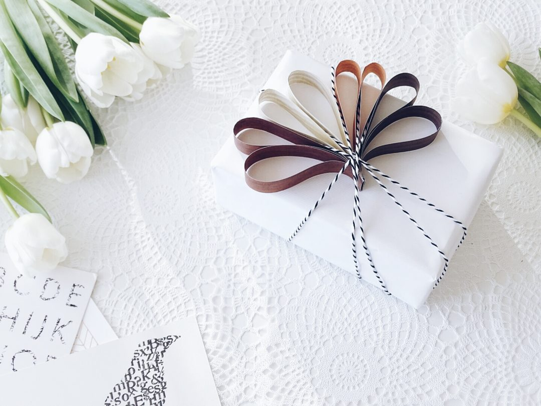 Geschenke Verpacken 8 Kreative Diy Ideen Mit Einem Grossen Schwung Frohlichkeit In Schwarzweiss Einem Hauch Natur Und Einfachen Resteverwertungen Mammilade
