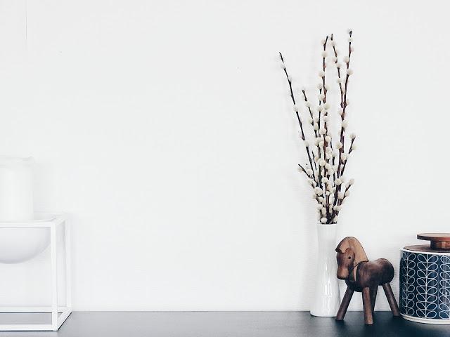 Auf der Mammiladen-Seite des Lebens | Personal Lifestyle Blog | 5 Lieblinge der Woche | Minimalistisches Wohnen mit viel Weiß | Wohnzimmereinblicke | Weidenkätzchen | Holzpferd Kay Bojesen | Dose Orla Kiely