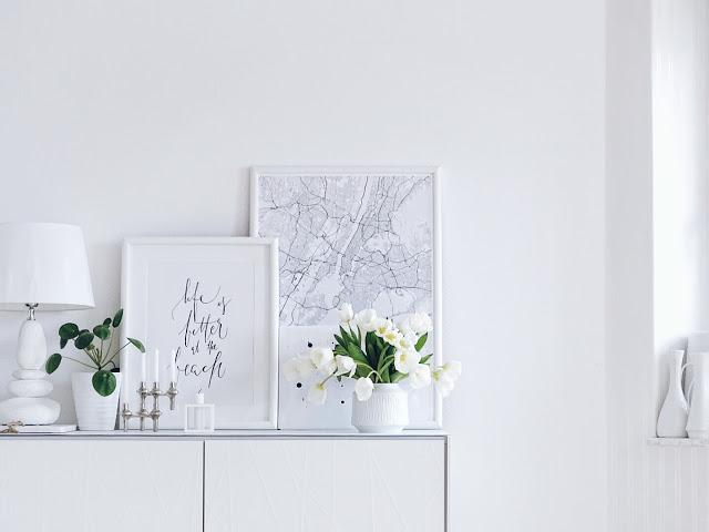 Auf der Mammiladen-Seite des Lebens | Personal Lifestyle Blog | 5 Lieblinge der Woche | Minimalistisches Wohnen mit viel Weiß | weiße Tulpen | Wohnzimmereinblicke