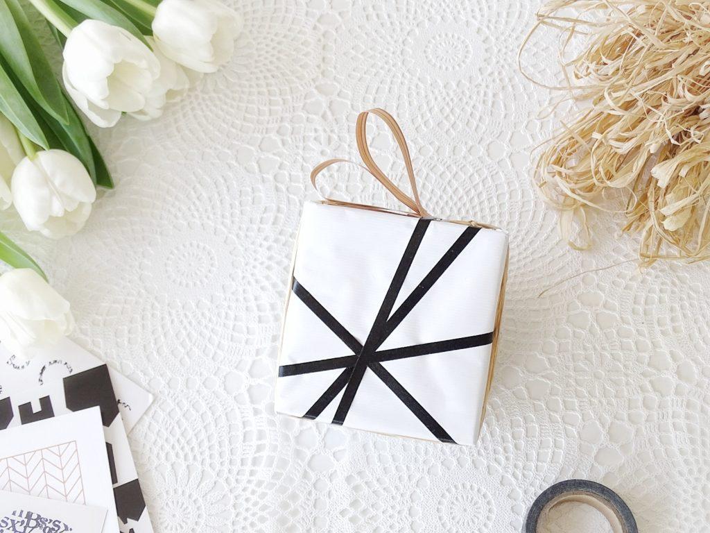 Auf der Mammilade|n-Seite des Lebens - Personal Lifestyle Blog - Geschenke verpacken - 8 kreative DIY-Ideen mit ganz viel Resteverwertung, Upcycling, einem Hauch Natur in Form von frischen Tulpen und einem großen Schwung Fröhlichkeit im schwarzweißen Styling