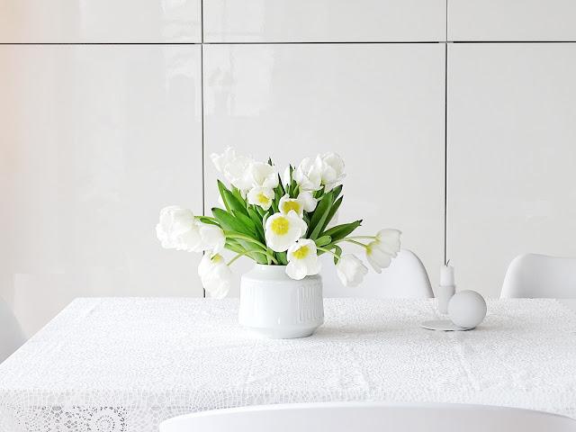 Auf der Mammiladen-Seite des Lebens | Personal Lifestyle Blog | 5 Lieblinge der Woche | Minimalistisches Wohnen mit viel Weiß | weiße Tulpen | Wohneinblicke