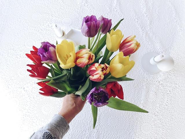 Auf der Mammiladen-Seite des Lebens | Personal Lifestyle Blog | 5 Lieblinge der Woche | Minimalistisches Wohnen mit viel Weiß | Wohnzimmereinblicke | bunter Tulpen-Blumenstrauß