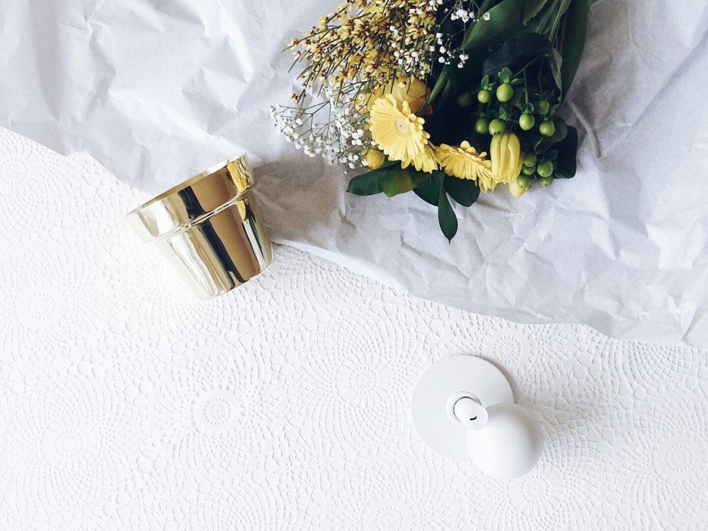 Auf der Mammiladen-Seite des Lebens | A Personal Lifestyle Blog | Messing Blumenübertopf | gelber Blumenstrauß | Ginster, Ranunkeln, Gerbera, Tulpen