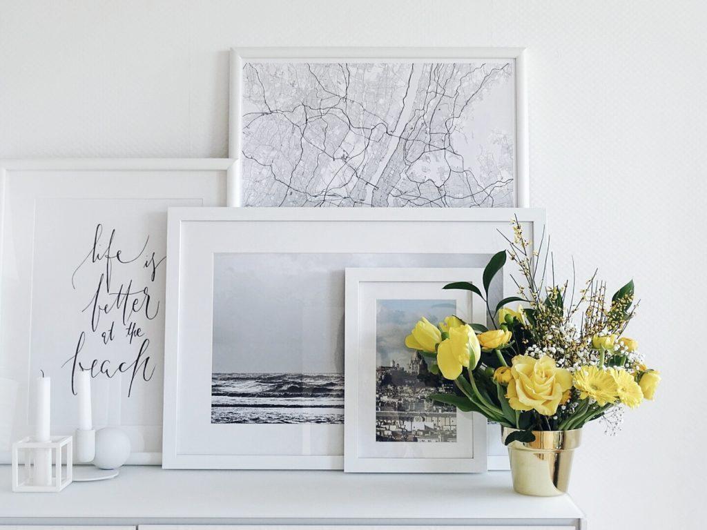 Auf der Mammiladen-Seite des Lebens | A Personal Lifestyle Blog | Messing Blumenübertopf | gelber Blumenstrauß mit Ginster, Ranunkeln, Gerbera, Tulpen