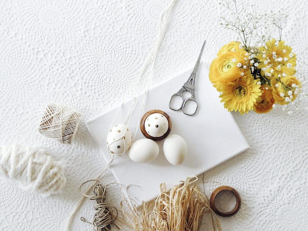 Auf der Mammiladen-Seite des Lebens | Personal Lifestyle Blog | DIY-Idee fuer Ostern | Goldkonfetti-Ostereier mit einfach gemachter Makramee-Aufhaengung | Knuepfanleitung fuer Anfaenger | Go for Gold im Fashion- und Interior-Bereich