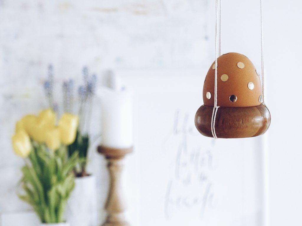 Auf der Mammilade-n-Seite des Lebens | Personal Lifestyle Blog | 5 Lieblinge, Weisheiten und Wohneinblicke mit viel Weiß der Woche | DIY Konfetti-Ostereier in einer Aufhaengung aus alten Holz-Gardinenringen haengend | Basteln mit Kindern fuer Ostern