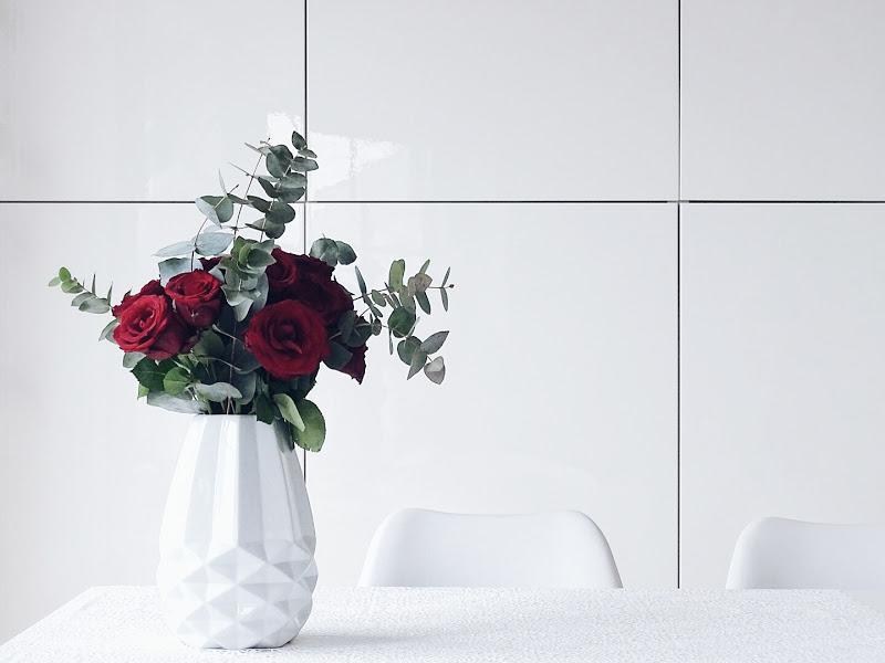 Auf der Mammilade-n-Seite des Lebens | Personal Lifestyle Blog | 5 Lieblinge, Weisheiten und Wohneinblicke mit viel Weiß der Woche | DIY Wandornament | rote Rosen mit Eukalyptus