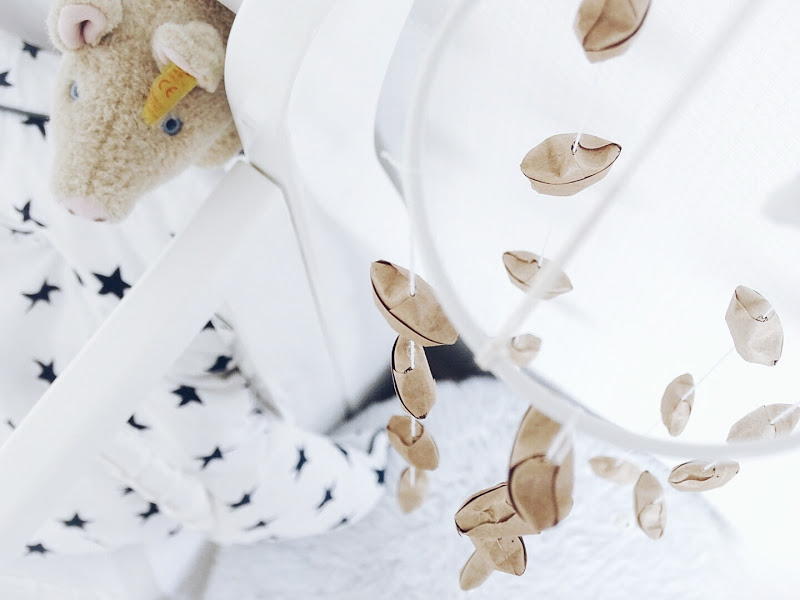 Auf der Mammilade|n-Seite des Lebens | Personal Lifestyle Blog | #12giftswithlove | DIY-Deko- und Geschenk-Ideen mit und aus Kraftpapier | Mobilé mit Wickelsternen Lucky Stars aus Kraftpapier | Wand-Ornament Wall Art Hanging aus Metallringen, Holzperlen, Wolle und Kraftpapier