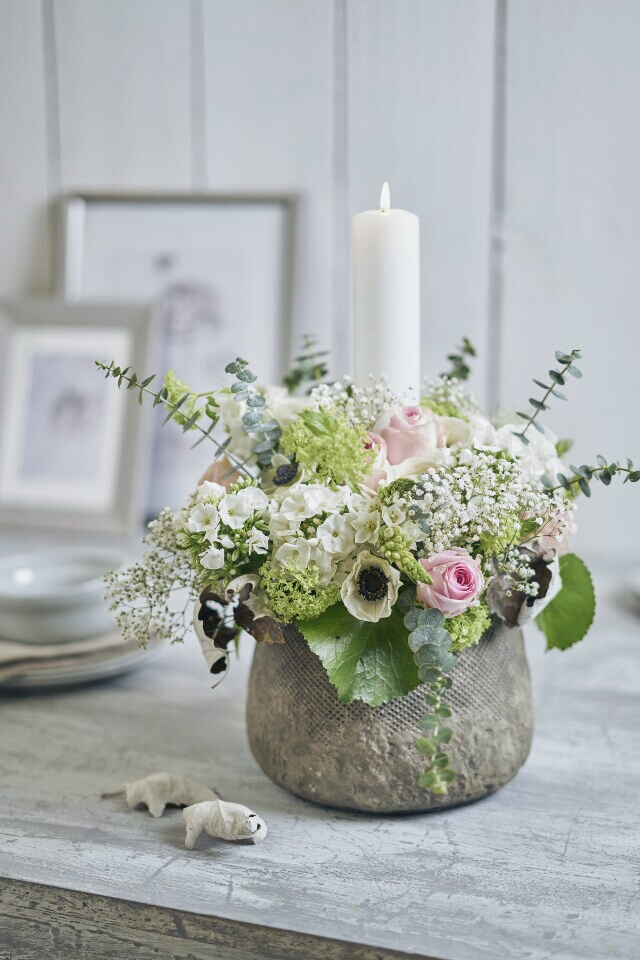 Fruhlingshaftes Blumengesteck Mit Kerze 1000 Gute Grunde Fur Ein