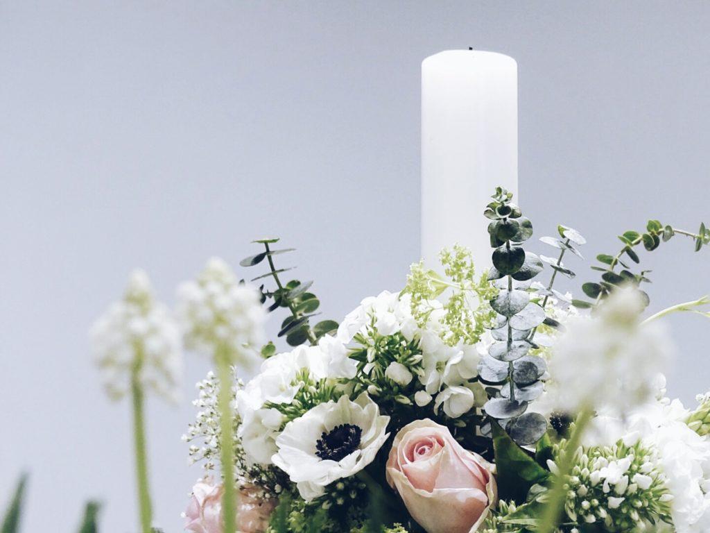Auf der Mammilade|n-Seite des Lebens | Personal Lifestyle Blog | Lieblinge und Weiß|s|heiten der Woche | Fruehlingsdekoration | Frühlingsgesteck mit Kerze fuer die Tischdeko