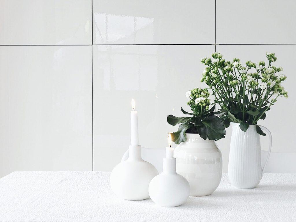Auf der Mammilade|n-Seite des Lebens | Personal Lifestyle Blog | Lieblinge und Weiß|s|heiten der Woche | weiße Kalanchoe als Topfpflanze und für die Vase | Kahler Design Vase | Hammershoi Krug | Kahler Globo Kerzenhalter