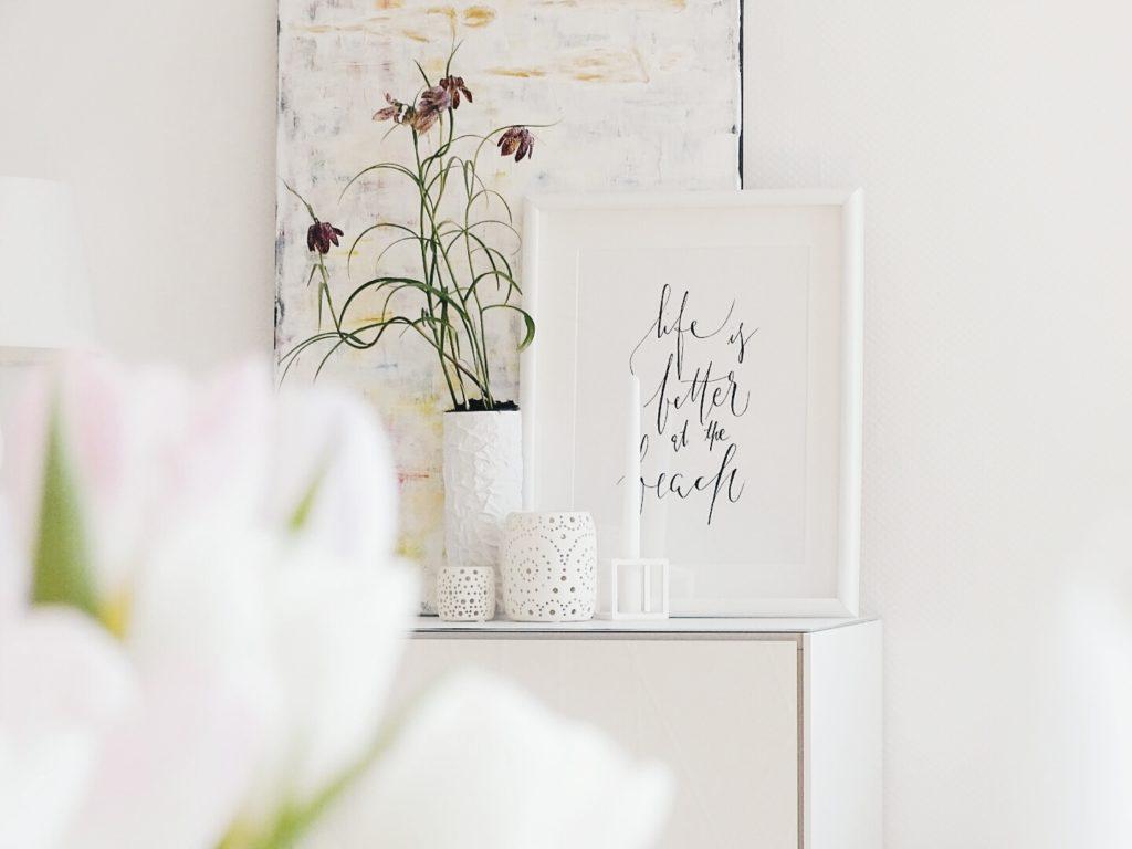 Auf der Mammilade|n-Seite des Lebens | Personal Lifestyle Blog | 1 Tag in 12 Bildern | Fotoaktion 12 von 12 | Frühlings-Deko mit Schachbrettblumen | weißes Sideboard und DIY-Bild auf Leinwand