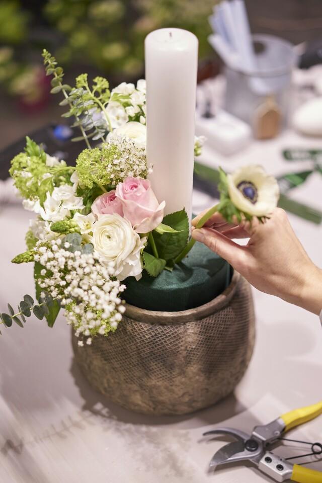 Auf der Mammilade|n-Seite des Lebens | Personal Lifestyle Blog | DIY fruehlingshaftes Blumengesteck mit Kerze, Eukalyptus, Ranunkeln, Anemonen, Schleierkraut, Phlox, Rosen und Milchstern | 1000 gute Gruende fuer ein florales Statement fuer den gedeckten Tisch oder das Sideboard