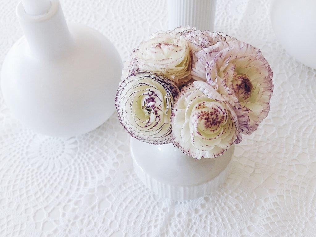 Ranunkeln in Weiß und Violett in Vintage Vasen | Auf der Mammilade|n-Seite des Lebens | Personal Lifestyle und Interior Blog