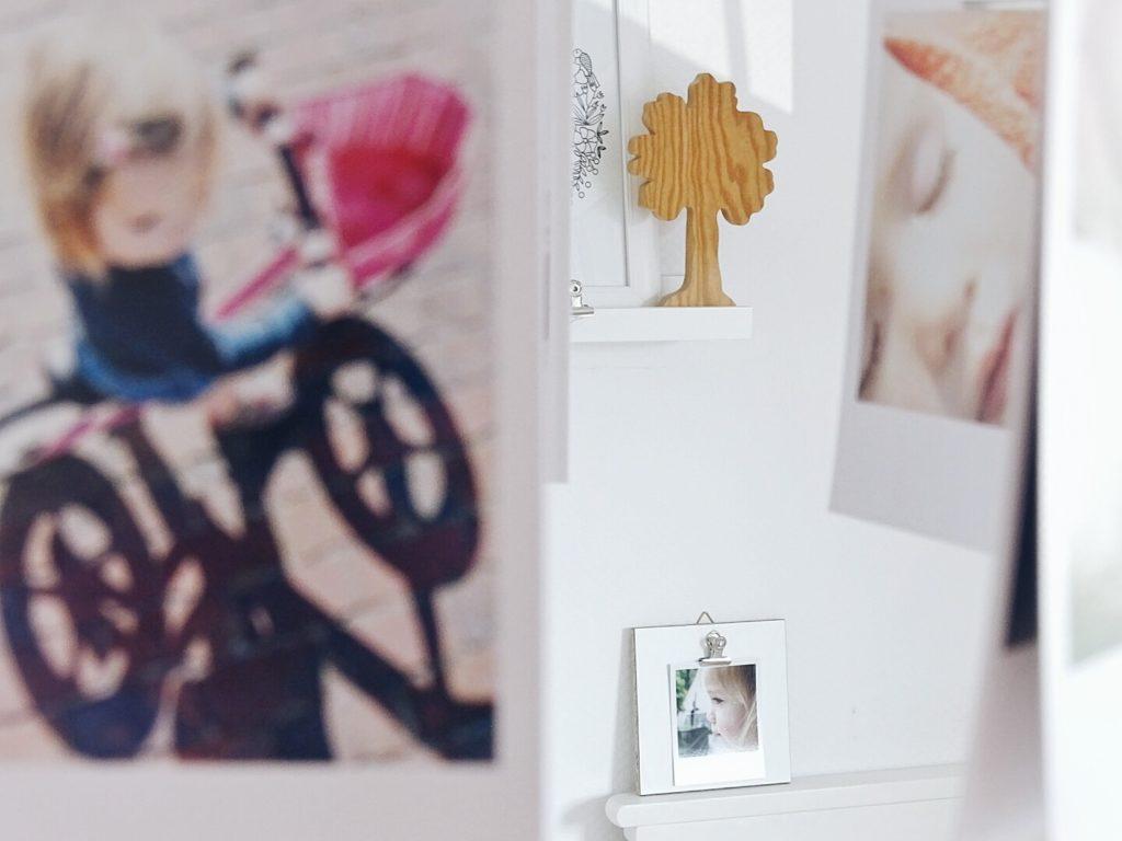 Holzbrett als Klemmbrett für Fotos und Postkarten | 3 schnelle DIY-Ideen für das Aufhängen von Lieblingsfotos | Buchvorstellung Lieblingsbilder DIY-Projekte mit Fotos von Ina Mielkau | Auf der Mammilade|n-Seite des Lebens | Personal Lifestyle und Interior Blog
