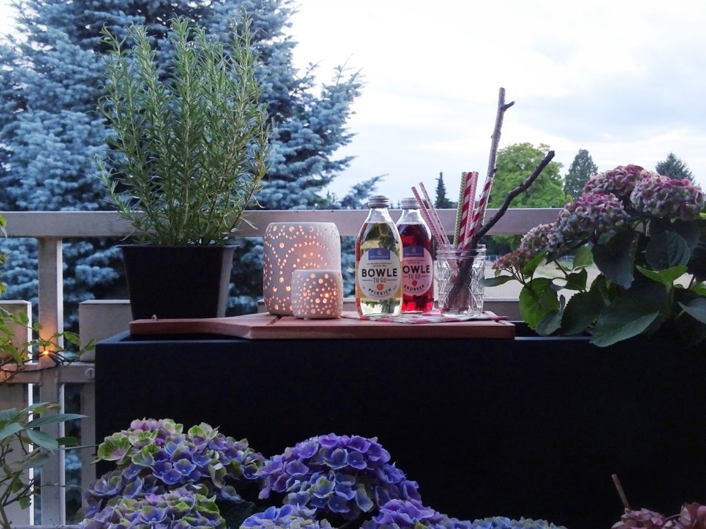 Gestaltungsideen für Balkone - Pflanzkübel als Minibar mit Stauraum - www.mammilade.blogspot.de